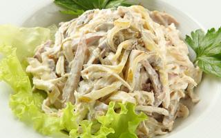 Салаты с солеными огурцами: 10 очень вкусных рецептов