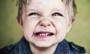 Ребенок скрипит зубами во сне – почему и что делать?